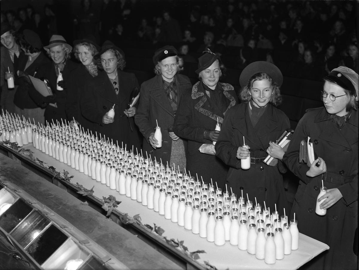 Skolelever dricker mjölk på biograf Fågel Blå