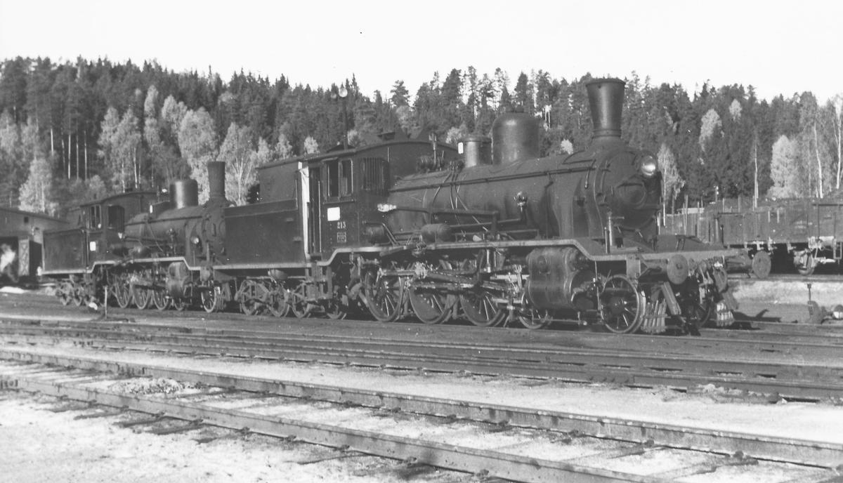 Skiftelokomotiv 18c 213 og 18c 245 utenfor lokstallen på Hønefoss.