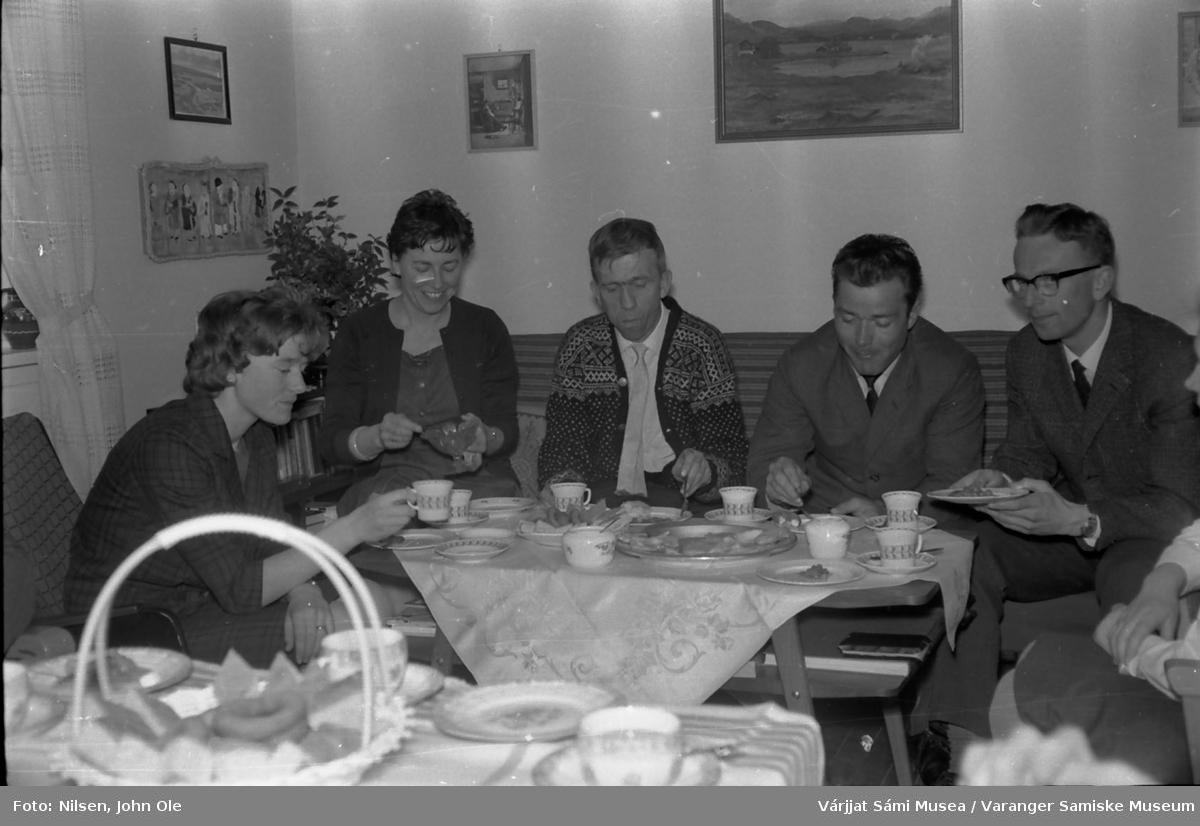 Seks personer samlet hjemme hos Signe og John Ole Nilsen i Bunes. De to kvinnene til venstre er ukjent, lærer Leif Sæbø, ukjent og lærer Harald Krag Rønne. 8. juni 1966.