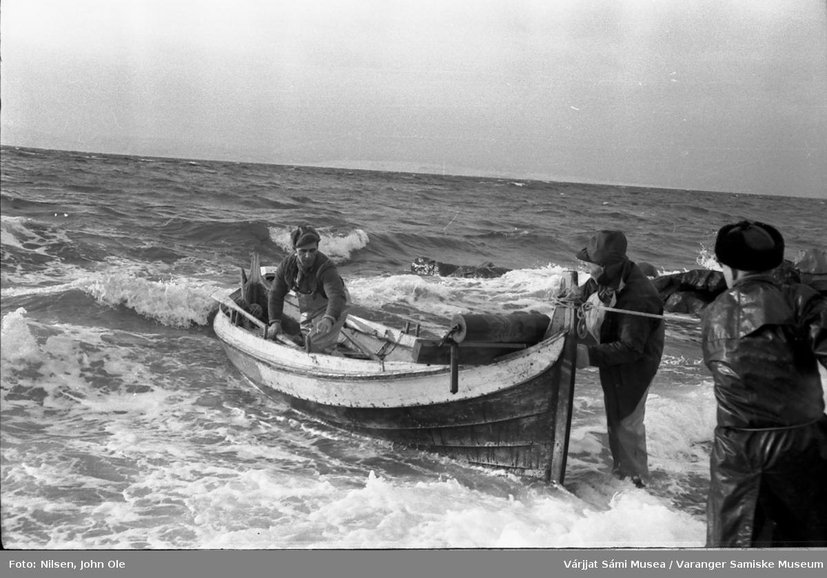 Brødrene Andersen fra Gurluovttgohppi / Godluktbukt har kommet trygt på land etter fisketuren. En tredjemann står og hjelper til. 28. februar 1967.