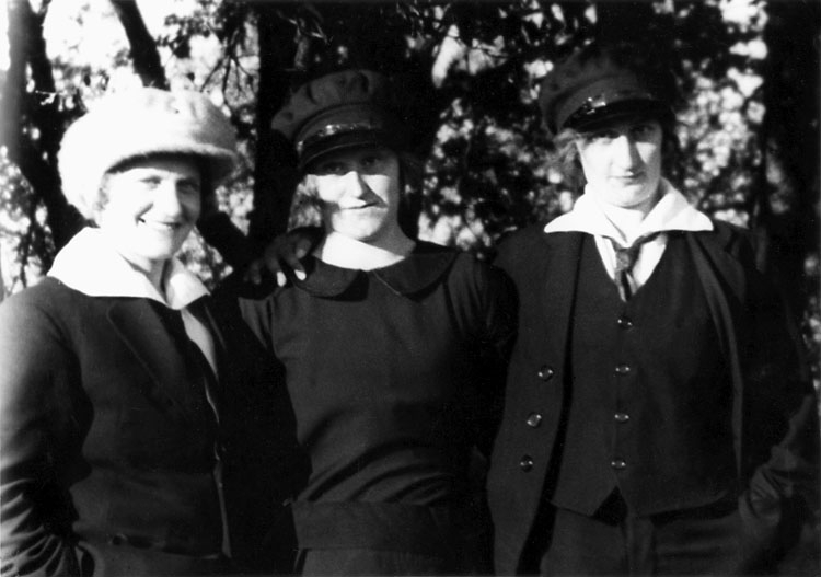 Hildur Alfredsson, Klara Olsson och Alfhild Olsson, Hajum