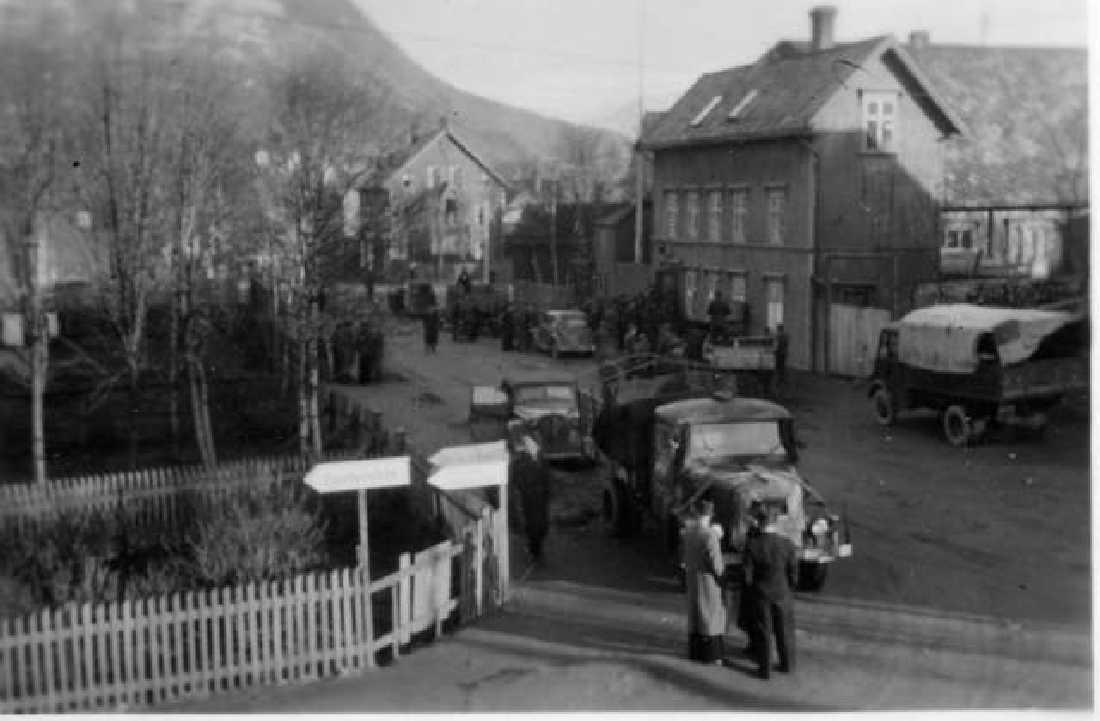 Tyskerne trekker seg ut av byen og tar med seg forråd. Losje Narvik til h. Frigjøring 1945.