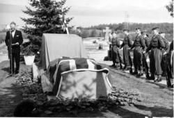 Justisminister Jens Haugland holder avdukingstalen.Monument
