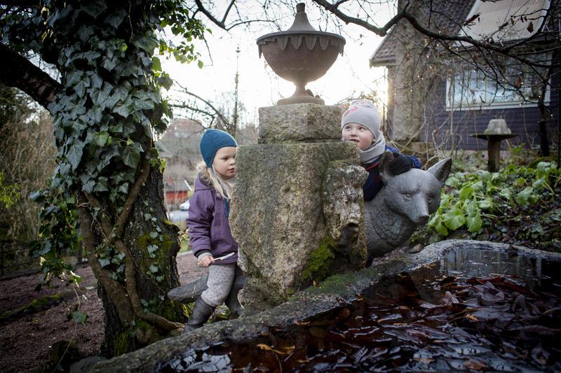 Med inspirasjon fra Syd-Europa anla Tilla og Otto Valstad tidlig 1900 en sjelden hage på jordene rundt huset sitt. De mange hagerommene  byr på eksotiske planter og trær, fontener, vann, Anne Grimdalens skulpturer, Otto Valstads troll, gravstener, en sydhavskorall og vakre smijernsarbeider. Hagen er åpen døgnet rundt for besøkende.
