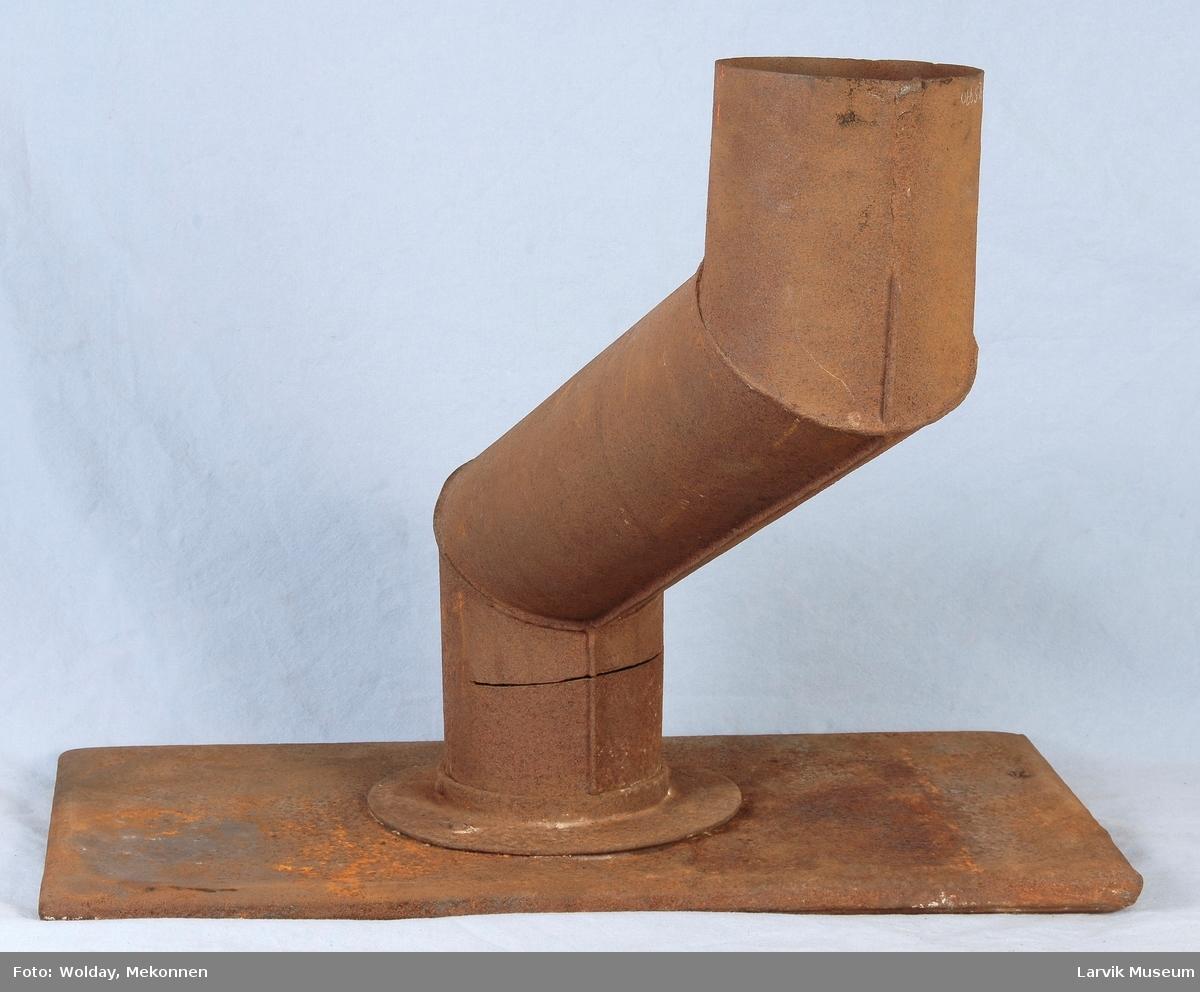Røykrør med ovnsplate. Røykrør satt sammen i 3 vinklede deler, boltet til en jernplate