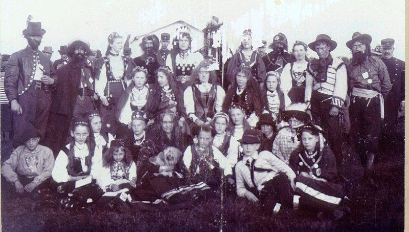 """""""Zigenarlägret"""" vid en plantisfest i slutet av 1890-talet. Baron Åkerhielm var kungen och fröken Sibell på apoteket var drottningen. Den långe t.v. var apotekare Nosslin. De båda poliskonstaplarna Aug.  Hellström och Högberg."""