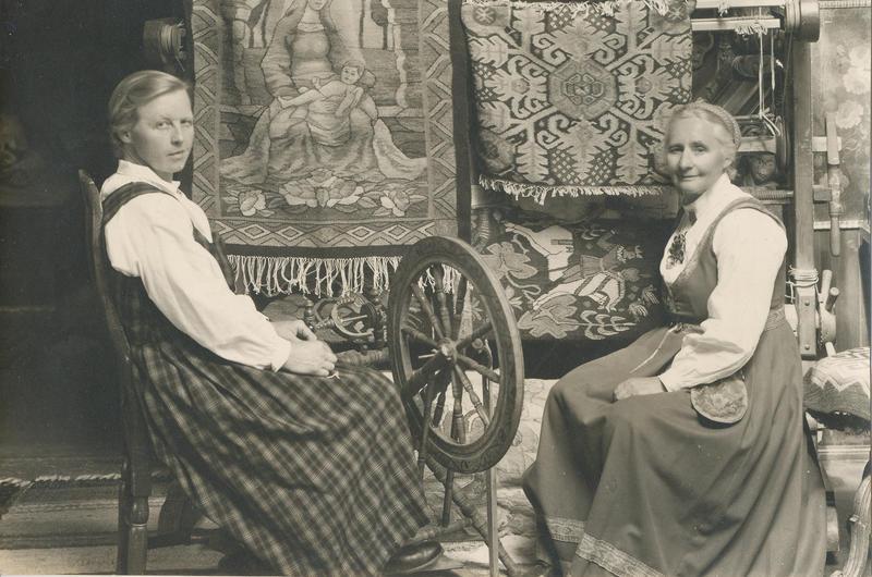 Tilla og Gunhild gjorde mye sammen. De både bakte, vevde og var i hagen sammen. (Foto/Photo)
