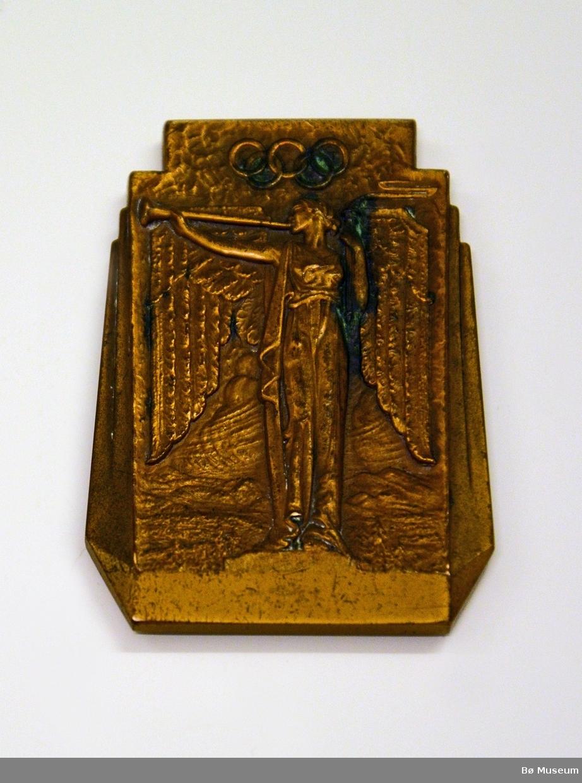 """Deltakermedalje/minneplate fra de 3. Olympiske Vinterleker - arrangert i Lake Placid, New York, USA i 1932. Påskrift: """"III OLYMPIC WINTER GAMES LAKE PLACID 1932"""""""