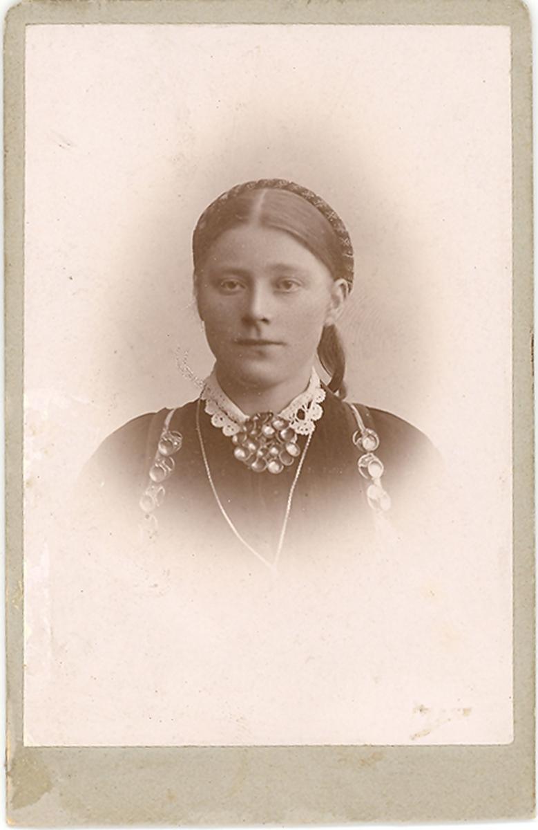 Brystbilde av yngre kvinne i beltestakk: Gunhild J. Sisjord