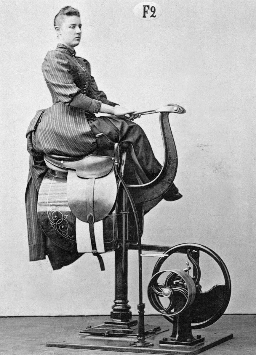 En ridskakningsapparat för den som inte vågar eller kan hoppa upp på hästryggen.   English: For those who are unable – or who don't dare – to get up on horseback, this apparatus vibrates the rider's body.