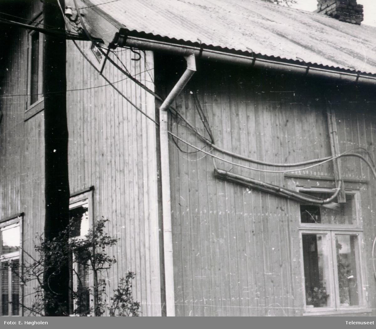 Åsbygda telefonsentral, Romedal i Stange, nærbilde av veggen