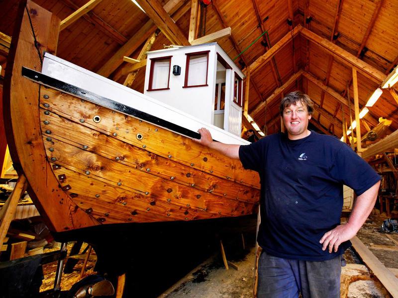 Børsabåten Eivind, bygd 2007. Båtbygger Einar Borgfjord er fornøyd med utført arbeid.