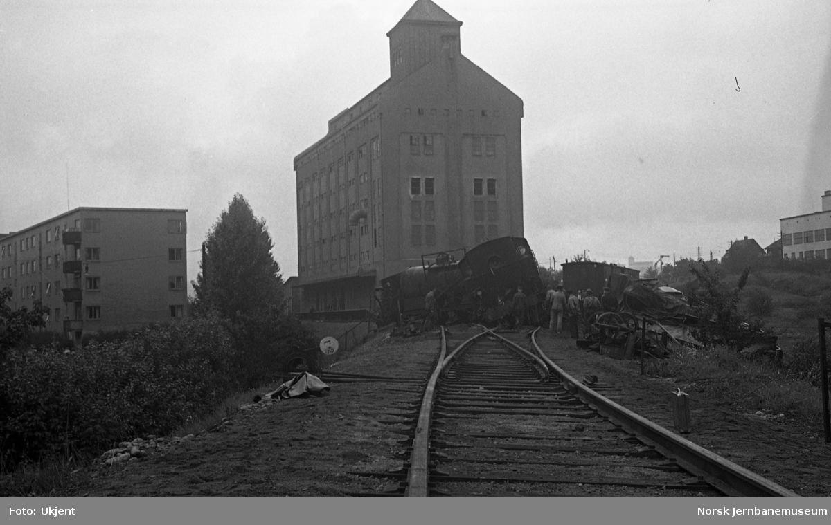 Avsporet kipptog med damplokomotiv type 32b/c ved Sinsen kornmagasin på godssporet Alnabru-Grefsen