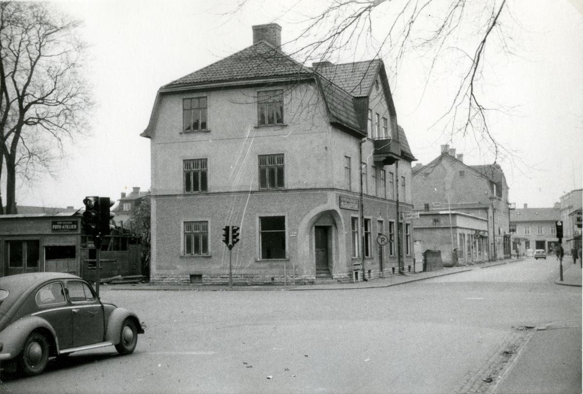 Hörnan Trädgårdsgatan - Dotorpsgatan. Här byggdes samma år Domus.