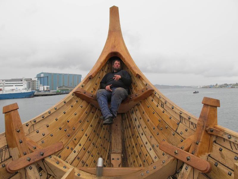 Selv båtbygger Einar Borgfjord blir liten i denne båten. (Foto/Photo)