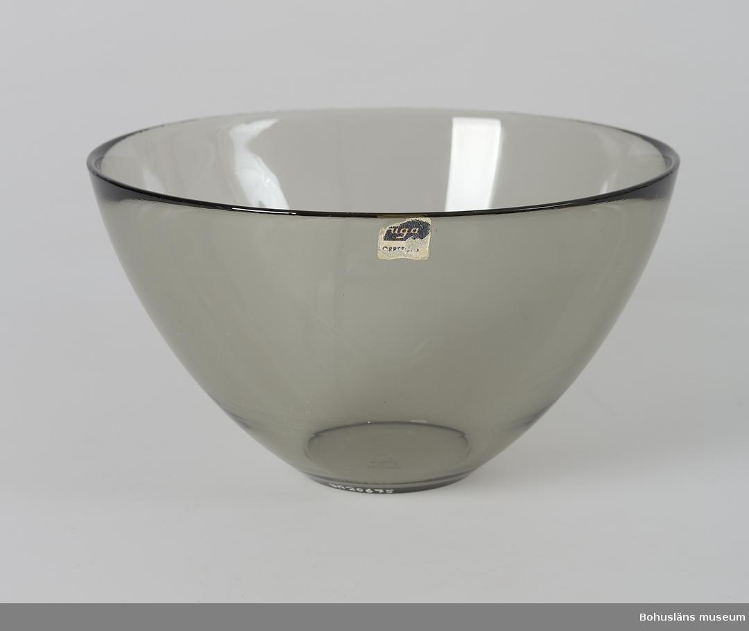 """Halvsfärisk form. Centrifugerat grågrönfärgat glas.  Ur servis """"Fuga"""". Formgivare Palmqvist, Sven; formgiven 1953."""