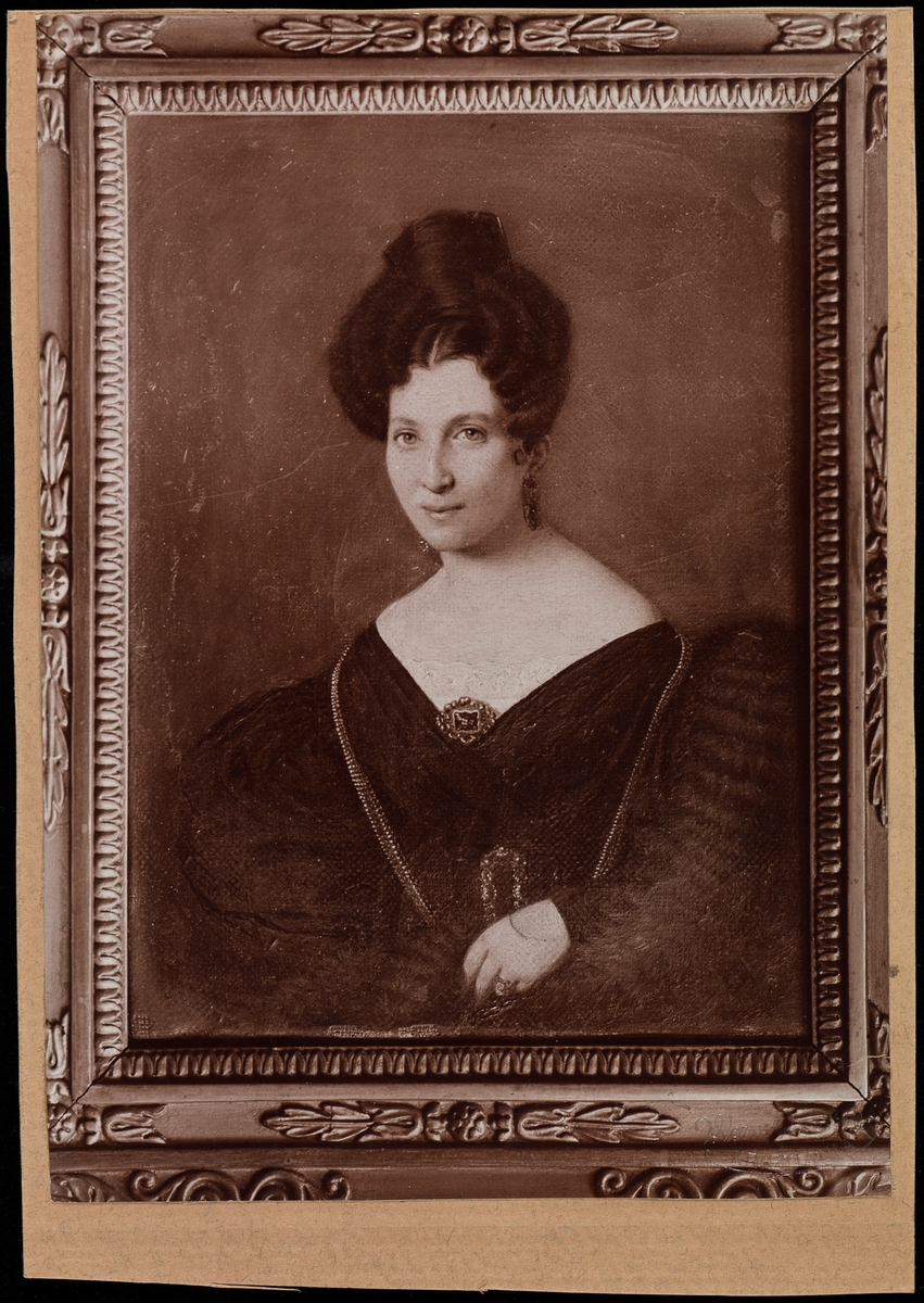 """Fotografi av portrettmaleri av Juliane Elise """"bestemor"""" Larpent."""