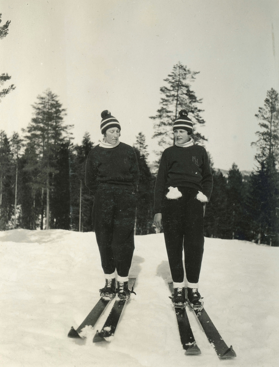 Two laldies skiers at Hannibalbakken
