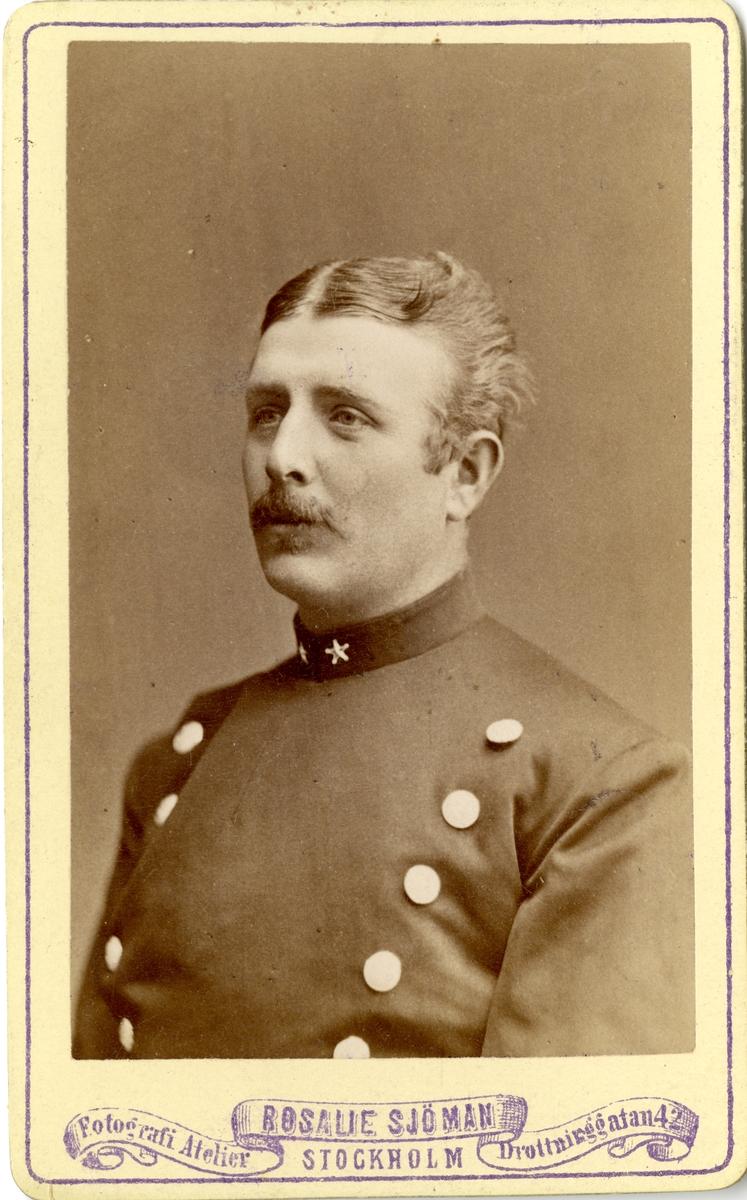 Porträtt av Hugo William Hamilton, underlöjtnant vid Svea livgardet I 1.  Se även bild AMA.002139 och AMA.0007499.