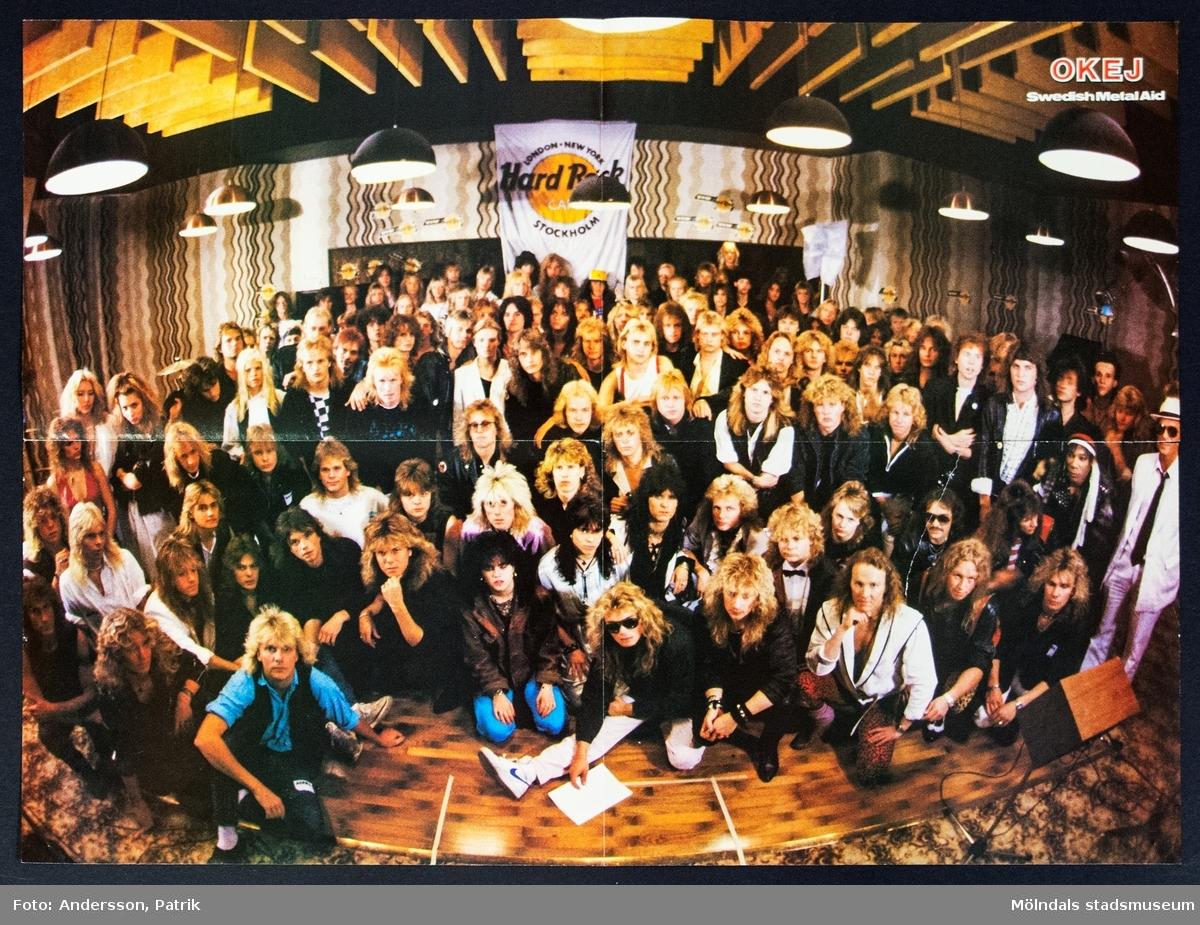 Poster från tidningen Okej, Nr. 20 1985, pris  12,90 kr.   Postern är dubbelsidig.  På ena sidan av postern finns: Arcadia, var ett brittiskt synthpopband som var aktiva mellan 1985-1986. Gruppen bildades och bestod av Duran Duran-medlemmarna Simon Le Bon, Nick Rhodes och Roger Taylor.   På andra sidan av postern finns: Swedish Metal Aid, som var med i ett musikprojekt där cirka 80 hårdrockare var med för att spela in en singel till förmån för de svältande i Etiopien.  Tidningen Okej var en poptidning som gavs ut första gången 1980. Den gjorde succé under 1980-talet och räknas som Sveriges största poptidning. Det som gjorde tidningen speciell var blandningen mellan hårdrock och svensk popmusik. Både killar och tjejer läste tidningen. Sista nummret av tidningen Okej gavs ut 2010.