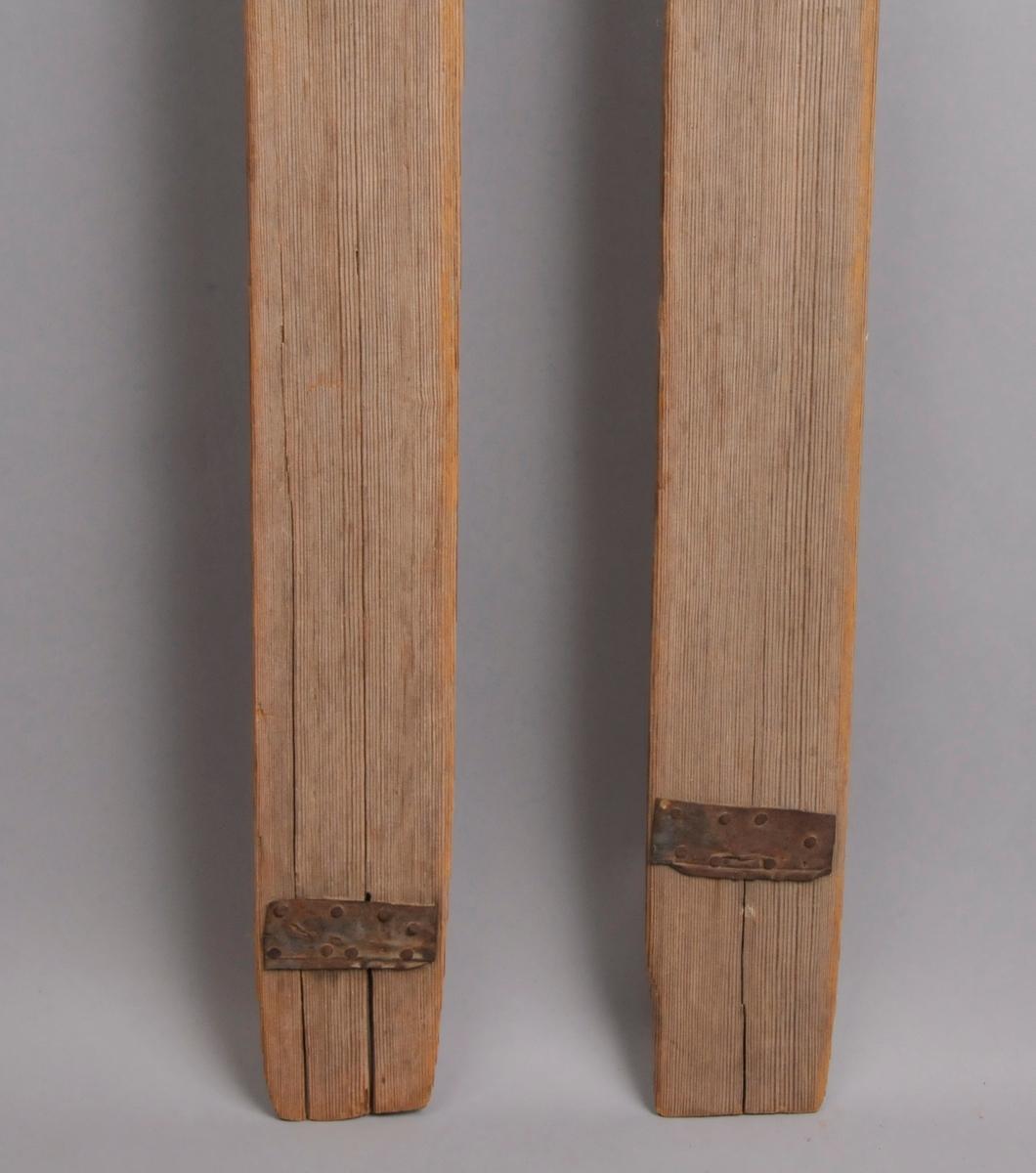 Treski med vidjebinding. Tåband og hælband. Det er spikra på metallbeslag nede på skia, for å hindre vidare oppsprekking.