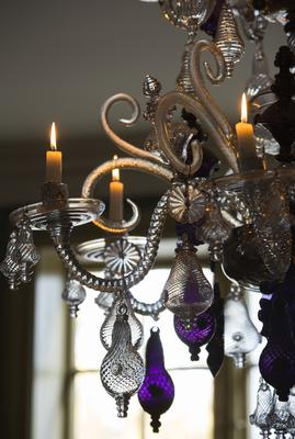 Detail of chandelier from Nøstetangen with lit candles.. Foto/Photo
