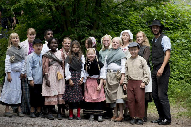 Ferieskoleklasse i drakter med mannlig lærer i Friluftsmuseet (Foto/Photo)