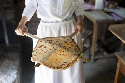 Woman showing a traditional baked lefse. Foto/Photo