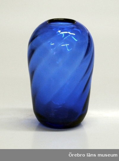 Vas i blått glas.Neg.nr. 2071/79