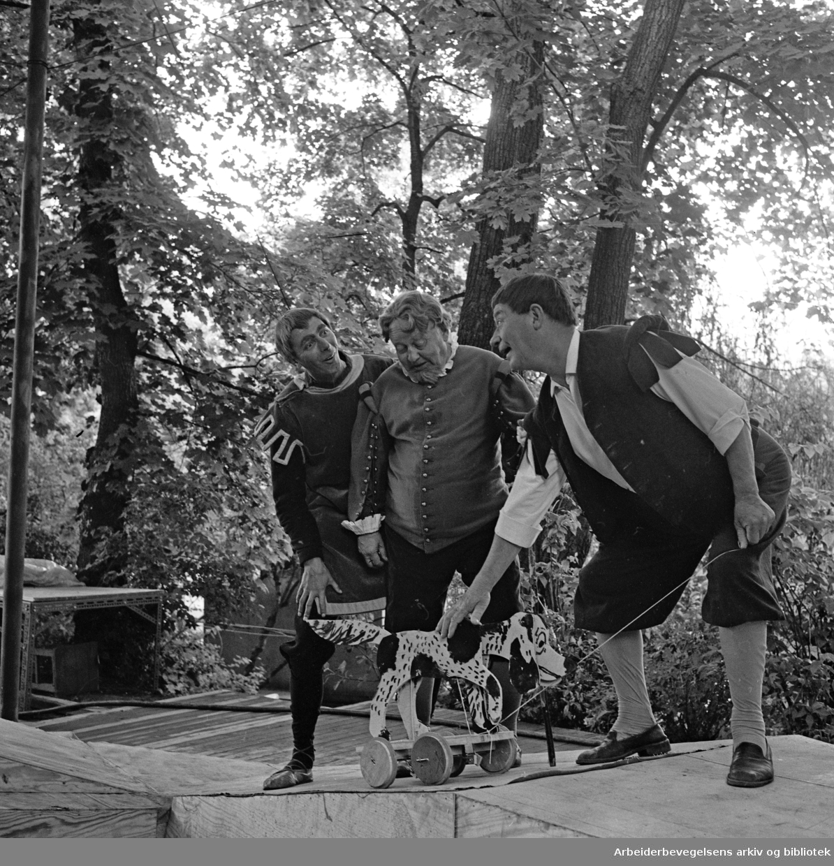 Sommerteatret i Frognerparken. En Midtsommernatts drøm av William Shakespeare. 1963..Medvirkende: Bjarne Thomsen, Thom Bastholm, Karen Randers-Pehrson, Elisabeth Strøm, Gerd Jørgensen med flere.