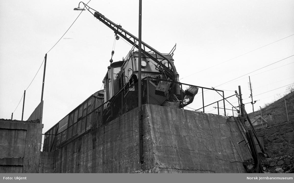 Avsporet skiftelokomotiv El 10 nr. 2517 på Loenga