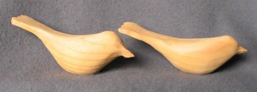 Två stycken sågade och skurna träfåglar, omålade. Gjorda av Sven Dal, Pinkatorparn.