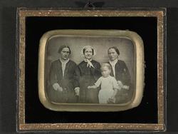 Regina Dorothea Wegner med to døtre og barnebarn.