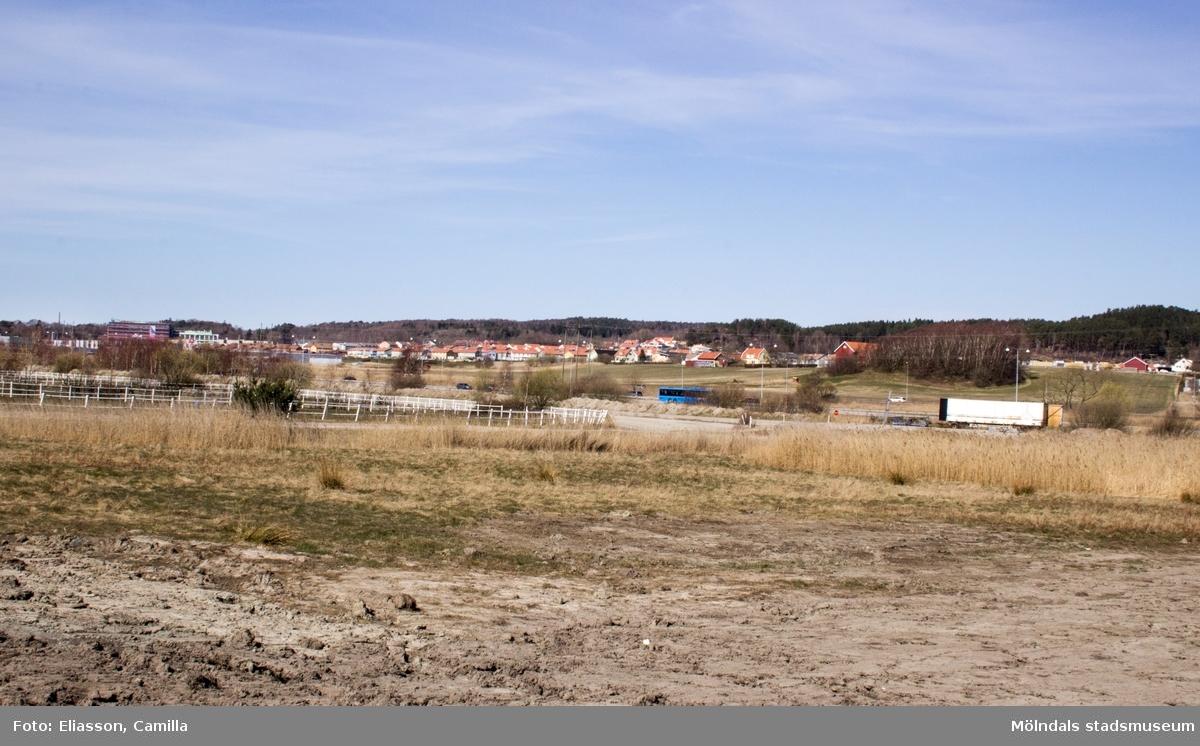 I bakgrunden syns relativt nybyggda lägenheter och villor.