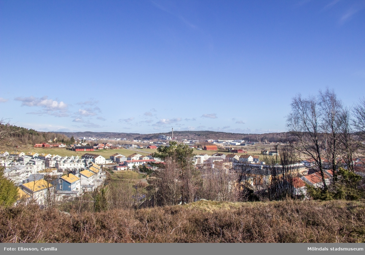 Fässbergsdalen har erövrats av tätortsbebyggelse både från öst (Mölndal) och väst (Frölunda). Från Mölndal har bebyggelsen nått fram till östra Fässberg. I väster har bebyggelsen tagit över Eklanda (i förgrunden). Lilla Fässbergsdalen där emellan är under diskussion för utveckling (2015).