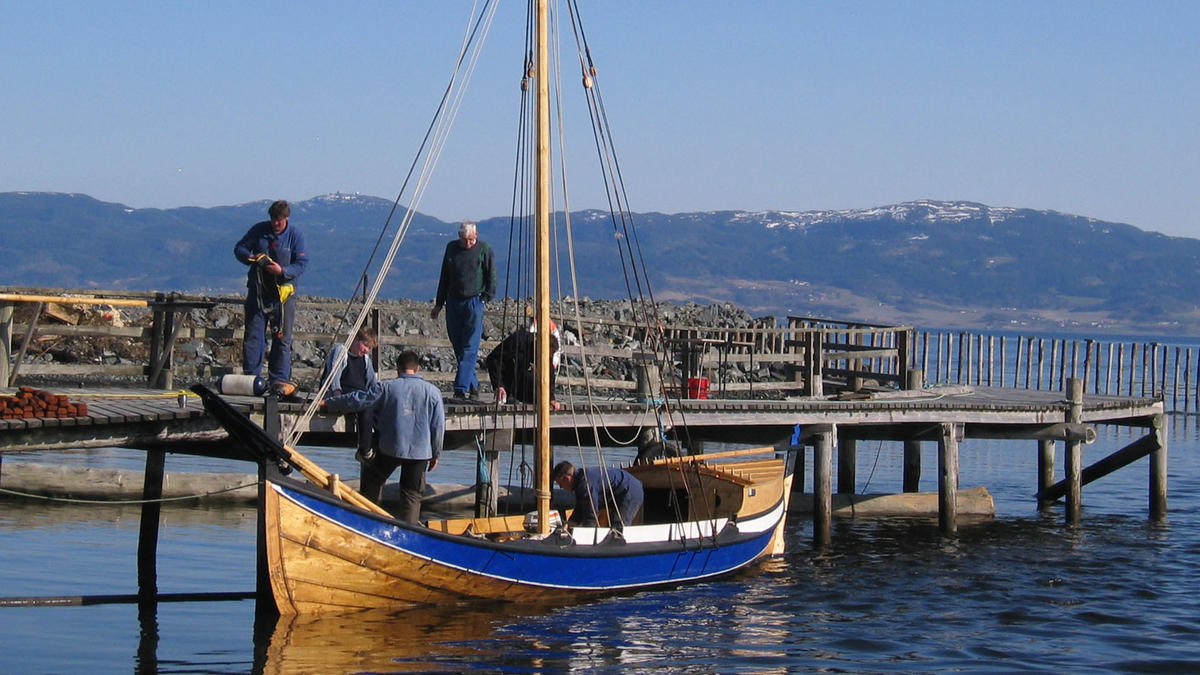 "Åfjordsbåt. Firing. This one also has a ""løfting"", a small house aft."