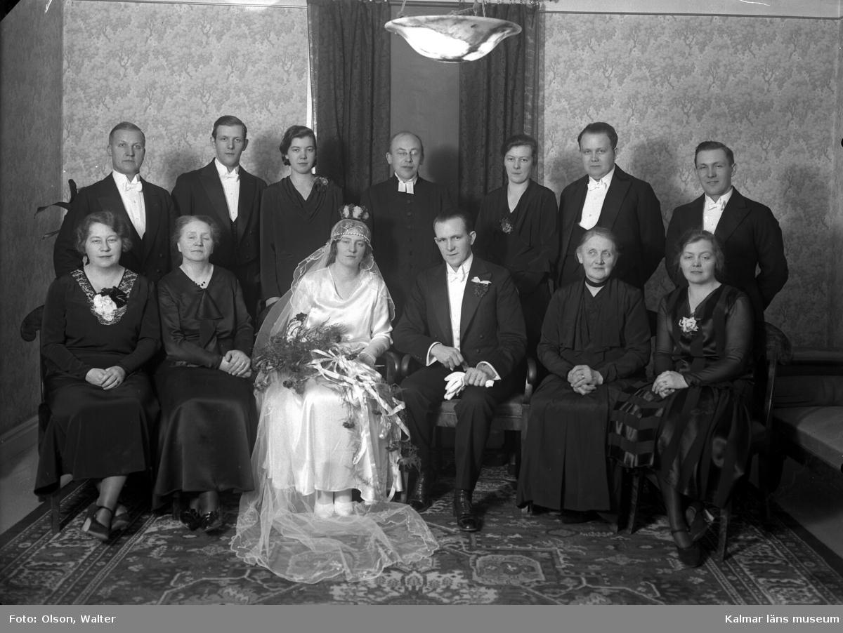 Gruppbild på brudpar och bröllopsgäster, beställare: Gust. Johannesson, Stagneliigatan 25, Kalmar.