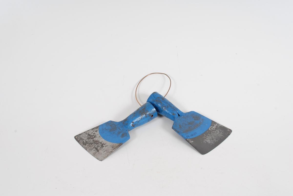 Form: firkantet blad av jern med rørformet feste til skaft, festet til skaft og halve bladet er blålakkert, de to bladene er hengt sammen på en kobbertråd