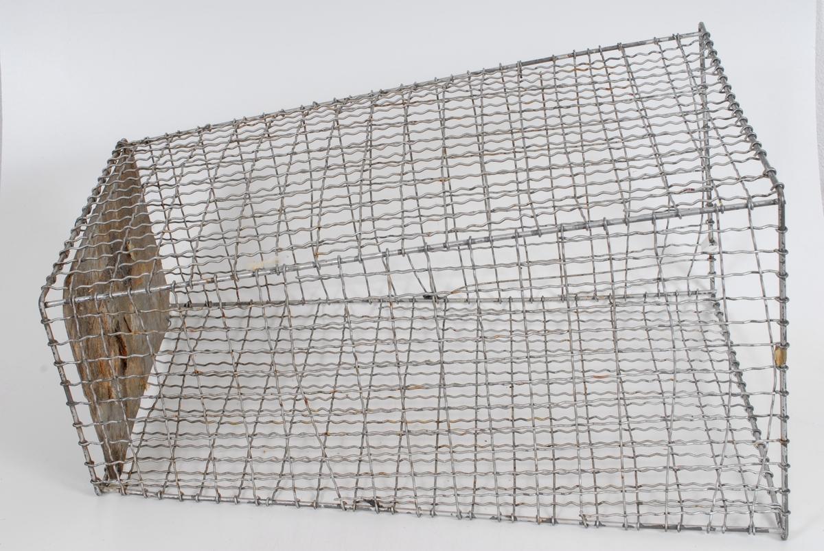 Form: rektangulær, veggene skråner svakt utover