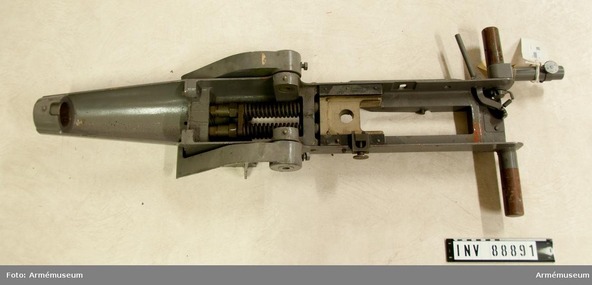 Korslavett m/1952 till luftvärnsautomatkanon. Korslavett med sju delar för luftvärnsautomatkanon m/1941, kaliber 20 mm. Vikt ca 150 kg.