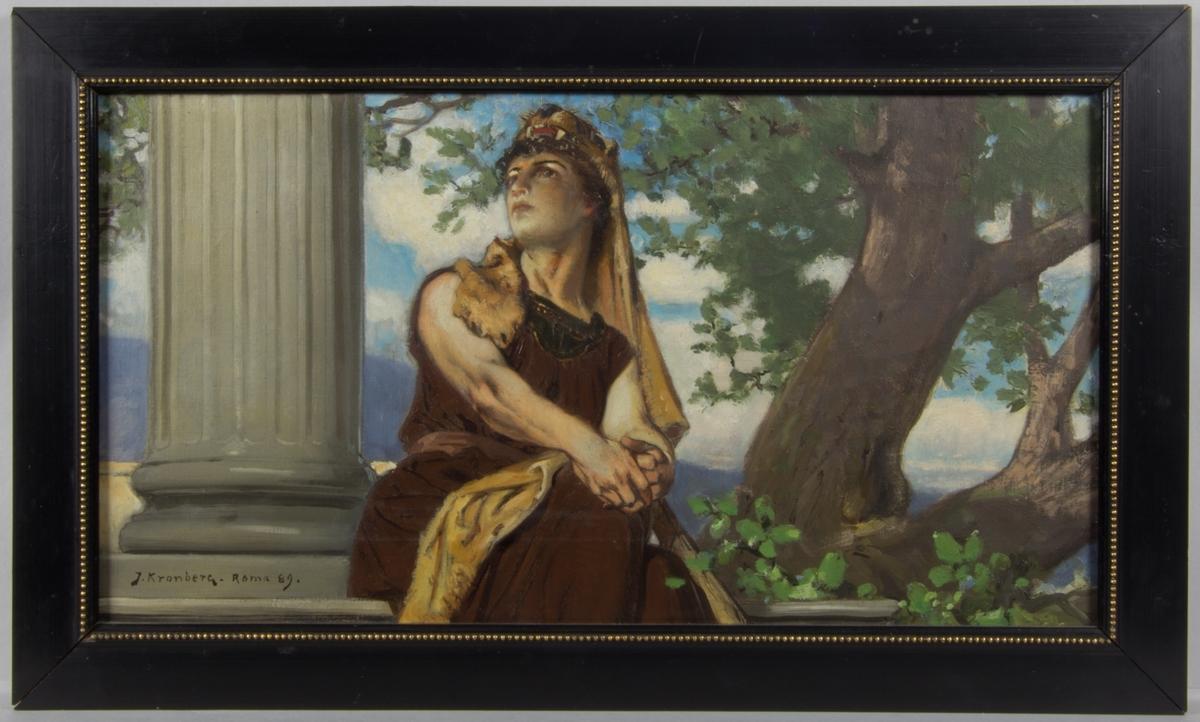 Ung sittande kvinna klädd i brun klänning symboliserande styrkan. Djurskinn, troligen från ett lejon, med öppet gap hänger från huvudet ner över ena axeln och vidare ner över låret. Till vänster en en pelare, till höger ett stort lövträd.