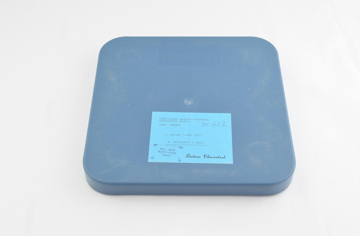 Filmrull i eske. Blått firkantet etui med avrundede hjørner.