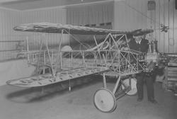 Flygplansbygge. Stommen till civilflygplanet Holmberg Racer