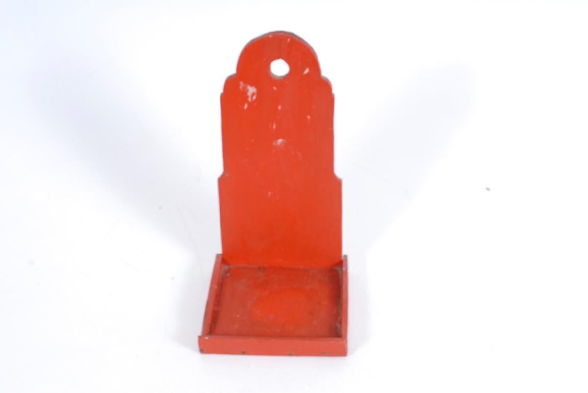 Form: kvadratisk hylle med avlangt bakstykke