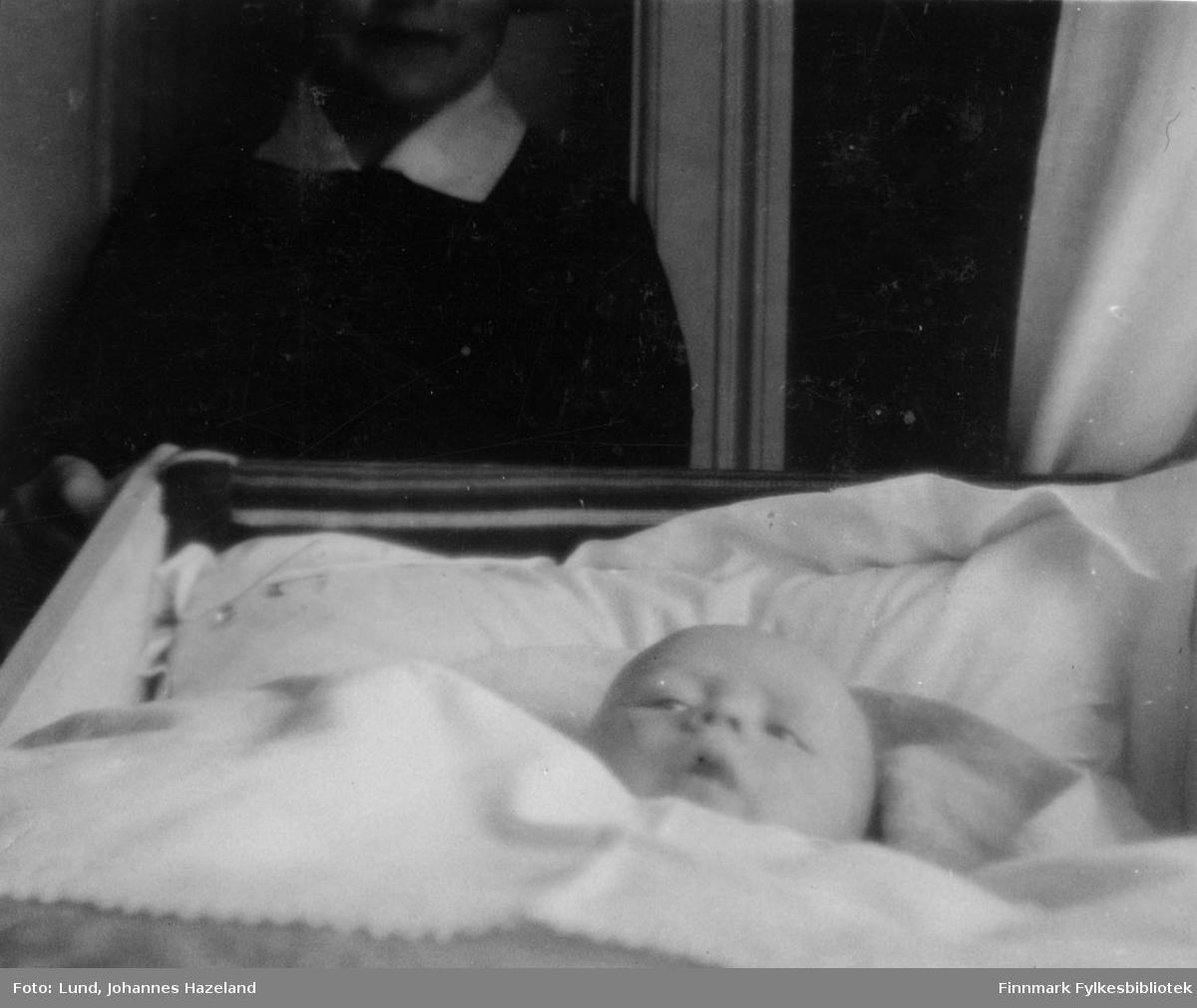 Baby Frithjof Lund i senga i familiens hjem i Hammerfest