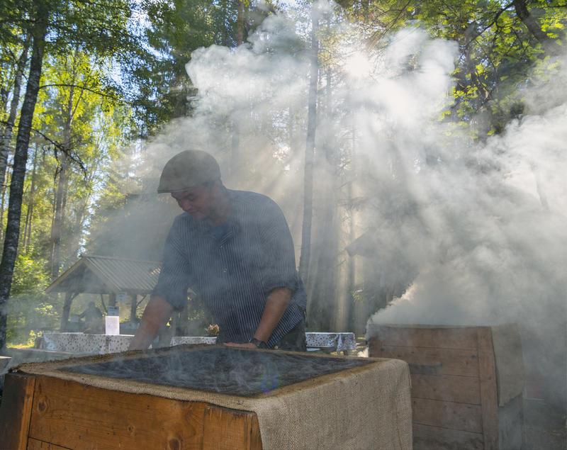 Håkon Grindalen tilbereder fisk på De nordiske jakt- og fiskedager 2016. (Foto/Photo)
