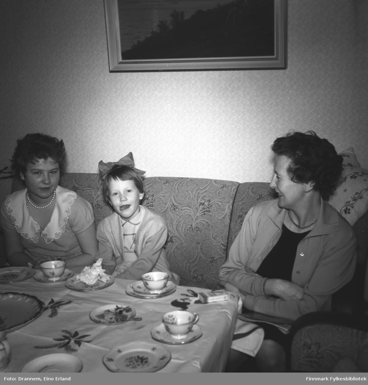 Turid Karikoski, Grete og Reidun Sørensen fotografert i stua hos familien Drannem i Hammerfest.