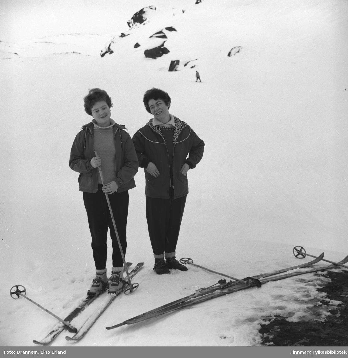 Turid og Jenny på skitur i fjellet ovenfor Hammerfest.