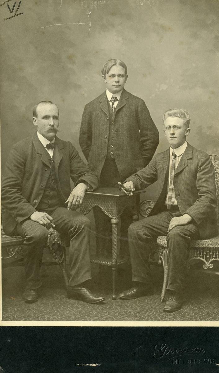Portrett av 3 menn tatt i Amerika. Personen til venstre er Ola Islandsmoen.