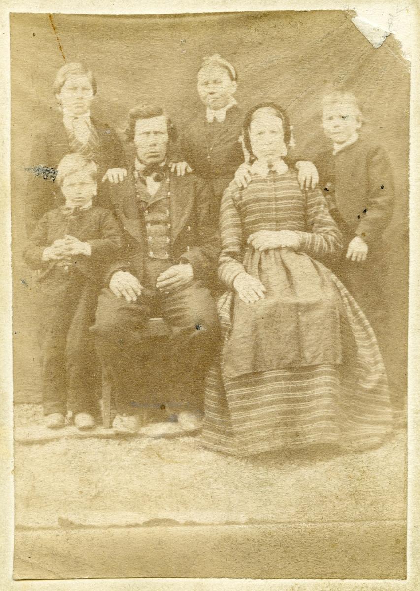 Familieportrett av Arne og Sidsel Brænden med barn.